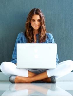 Chica navegando por internet